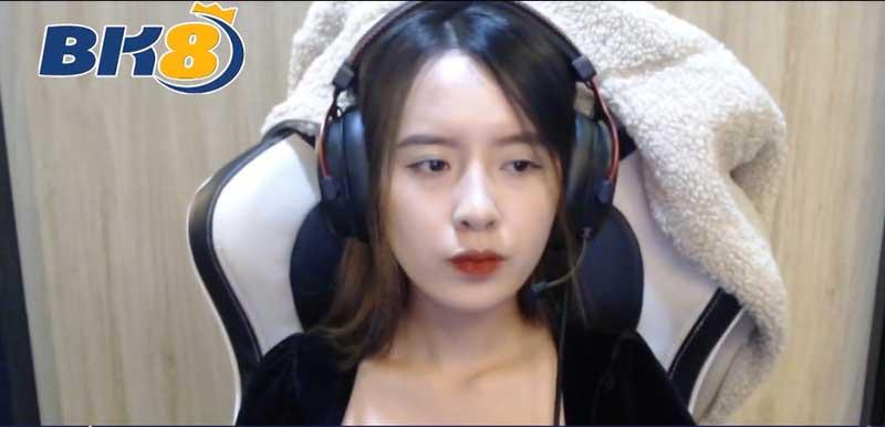 Streamer Lê Linh Chi phát code game BK*